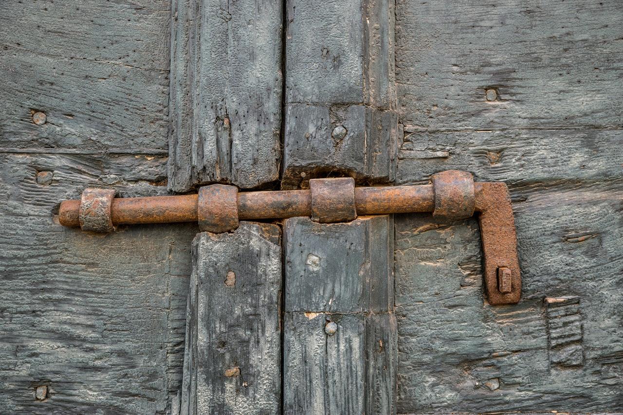 Ventajas de colocar un cerrojo para puertas