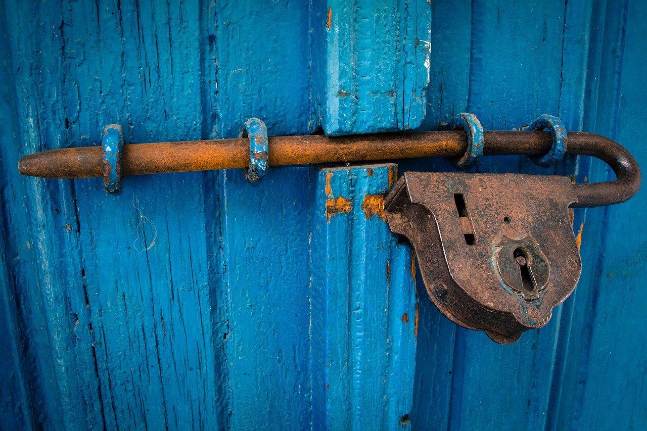 Que cerrojo comprar para una puerta de madera?